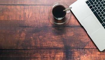 tazas de café y computadoras portátiles en el escritorio foto