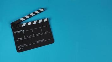 uso de claqueta o pizarra de película en la industria del cine sobre fondo azul. foto
