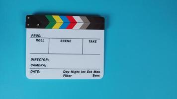 pizarra de claqueta o película sobre fondo azul. foto
