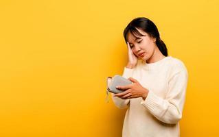 falta de dinero problemas financieros mujer asiática pobre y pobre foto