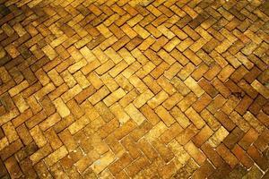 antiguo de patrón pavimento de piso de ladrillo de tono amarillo oscuro y claro foto