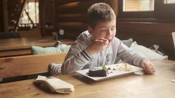 niño comiendo un postre de chocolate foto