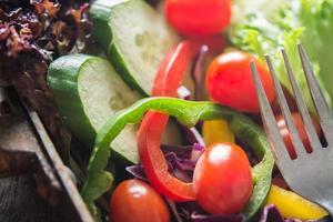 ensalada fresca de cerca, tomate, pepino, pimiento foto