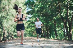 pareja joven corriendo en el parque. foto