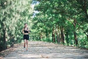 mujer joven fitness para correr en el parque. foto