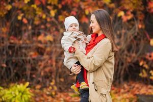 mamá y bebé en un parque en otoño foto