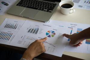 hombre de negocios y mujer discutiendo sobre gráficos bursátiles en la oficina. foto