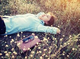 hermoso, joven, hipster, sentar, en, el, prados, campo, smiley foto