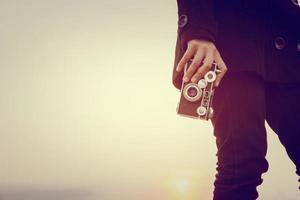 mujer joven, manos, tenencia, retro, cámara, primer plano foto