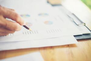 manos de mujer de negocios de equipo trabajando y sosteniendo el gráfico de negocios foto
