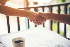 apretón de manos de negocios y gente de negocios. concepto de logro empresarial. foto