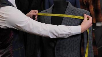 sastre midiendo un traje foto