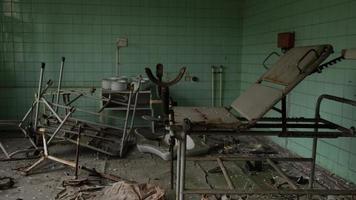 pripyat, chernobyl, ucrania, 22 de noviembre de 2020 - hospital abandonado en chernobyl foto