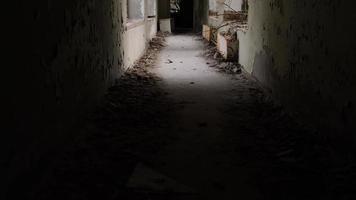 pripyat, chernobyl, ucrania, 22 de noviembre de 2020 - corredor abandonado en chernobyl foto