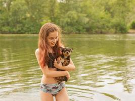 adolescente y perro chihuahua por el río. foto
