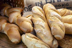 canasta de pan horneado en un horno de leña foto