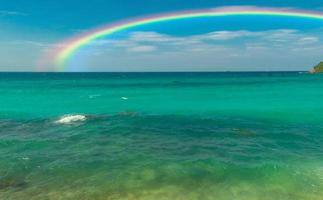hermosa playa y arcoiris foto