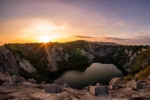 amanecer en el gran cañón de chonburi, tailandia. foto