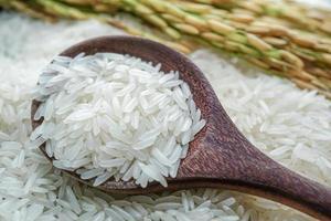 arroz asiático en cuchara de madera. foto