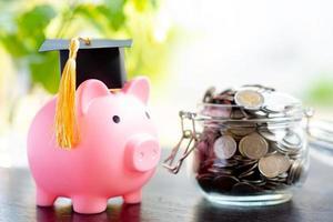 ahorre dinero monedas en frasco de hierba con alcancía y gorro de graduación, foto