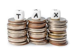 Alfabeto de impuestos sobre la pila de monedas foto