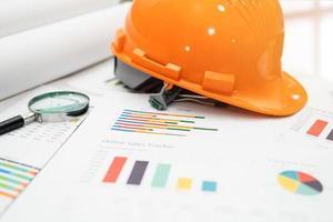 casco de construcción amarillo con plano foto