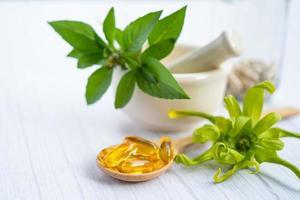 cápsula orgánica a base de hierbas de medicina alternativa con vitamina e foto