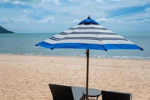 sombrilla de playa, tiempo de relax, vacaciones en familia foto