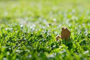 Modelo de casa en miniatura sobre fondo de hierba foto