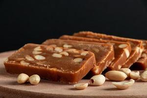 Toffee casero de maní sobre una tabla de madera foto