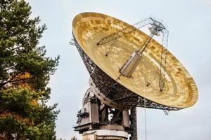radiotelescopio en un laboratorio astronómico. exploración espacial foto