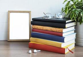 pila de libros en el escritorio. foto