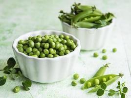 vainas de guisantes verdes frescos y guisantes verdes foto