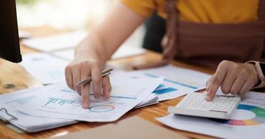 mujer consultora de inversiones analizando el informe financiero anual de la empresa foto