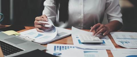 mujer de negocios que trabaja en finanzas y contabilidad analizar financia foto