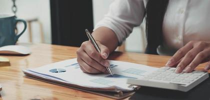 mujer de negocios que trabaja en finanzas y contabilidad analizar financiera foto