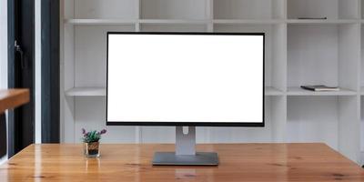 portátil con pantalla en blanco en la mesa foto
