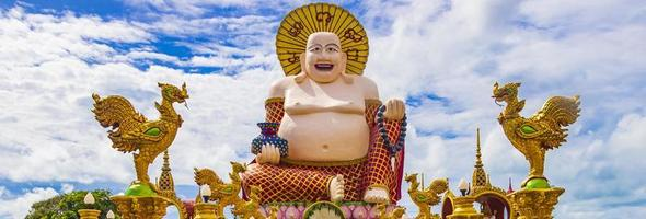 Colorida estatua de Buda gordo en el templo Wat Plai Laem en la isla de Koh Samui, Tailandia, 2018 foto