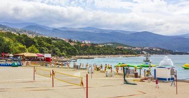 Maravillosa playa de arena y rocas y paseo marítimo en novi vinodolski, croacia foto