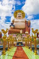 Colorida arquitectura y estatuas en el templo Wat Plai Laem en la isla de Koh Samui, Surat Thani, Tailandia foto