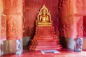 Buda de oro en Wat Sila Ngu, el templo rojo, en Koh Samui, Tailandia foto