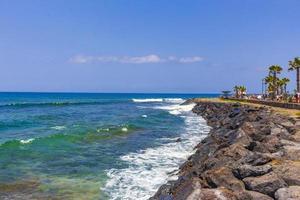 Panorama del paseo marítimo de la playa de las americas en las islas canarias, tenerife foto