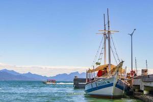 Barco en el embarcadero de la playa de Abraao, Ilha Grande, Río de Janeiro, Brasil foto