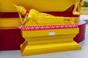 Estatua de Buda de oro en el templo Wat Phra Yai, Koh Samui, Tailandia, 2018 foto