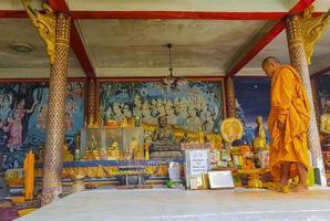 Monje en Wat Phra Yai Big Buddha Temple en Koh Samui, Tailandia, 2018 foto