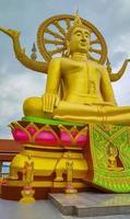 Estatua de Buda de oro en el templo Wat Phra Yai, Koh Samui, Tailandia foto
