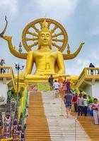 Personas en la estatua dorada de Buda en el templo Wat Phra Yai, Koh Samui, Tailandia, 2018 foto