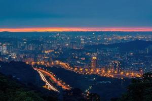 Vista de ángulo alto del atardecer del paisaje urbano del distrito de Wenshan en Taipei, Taiwán foto