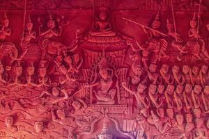 Orando esculturas de pared en Wat Sila Ngu, el templo rojo, en Koh Samui en Tailandia foto
