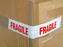 etiqueta frágil aislada sobre blanco foto